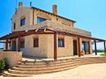 Vo vile na ostrove Korfu panuje nesmrteľná kombinácia dreva a kameňa. Bude to láska na prvý pohľad.