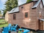 Manželia si postavili útulný mini dom plný dreva