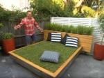 Ohúrte návštevu netradičnou posteľou priamo v záhrade. Tento muž vám ukáže, ako na to!
