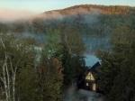 Tajomná chatka ukrytá v horách ponúka dokonalé útočisko pre milovníkov minimalizmu a nespútanej prírody